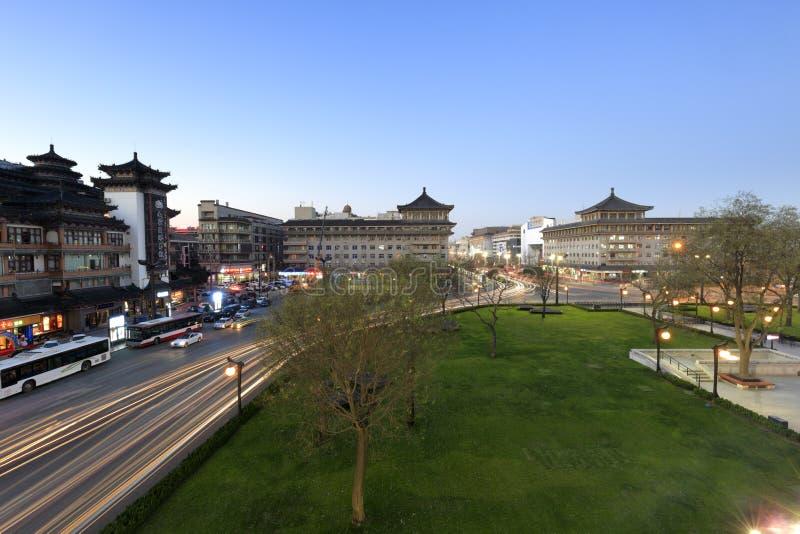 Circulation urbaine antique de Xian au crépuscule photos stock