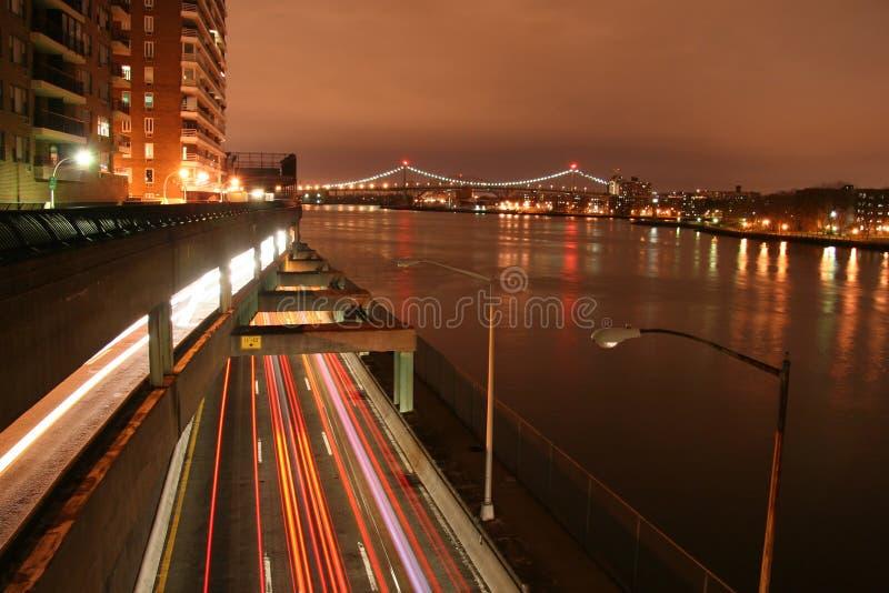 Circulation urbaine la nuit image stock