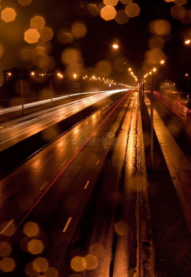 Circulation urbaine la nuit pluvieux images libres de droits