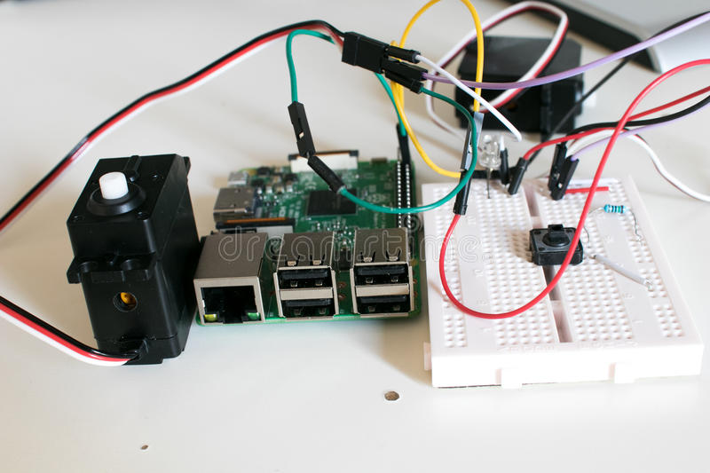 Circule con dos servomotores conectados con un solo tablero foto de archivo