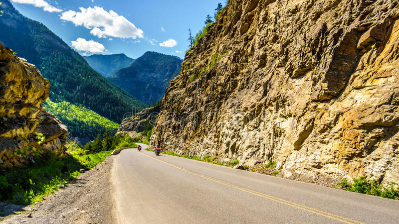 Circulez en voiture les vélos conduisant la route 99, également appelée la route de lac Duffey images stock