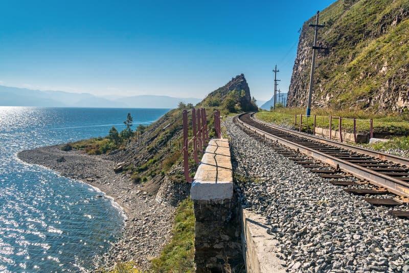Circum-Baikal-Eisenbahndurchläufe durch den Felsen stockfotos