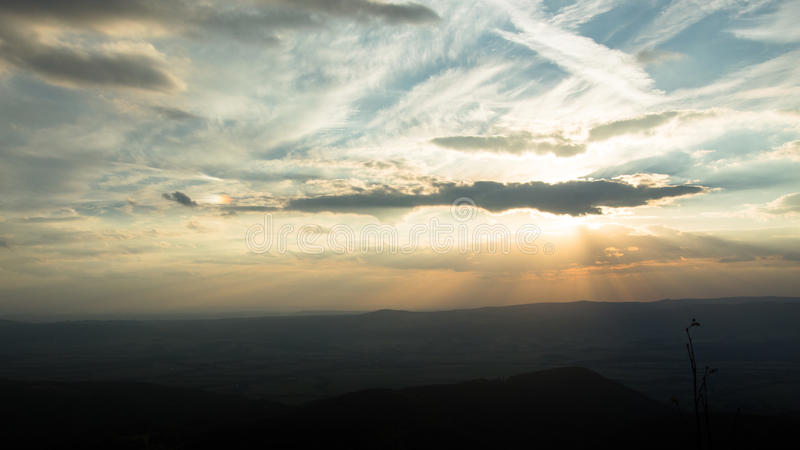 Circumzenithal łuku zimna noc w górach przy zmierzchem zdjęcie royalty free