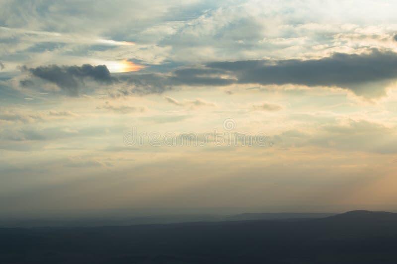 Circumzenithal łuku zimna noc w górach przy zmierzchem zdjęcie stock