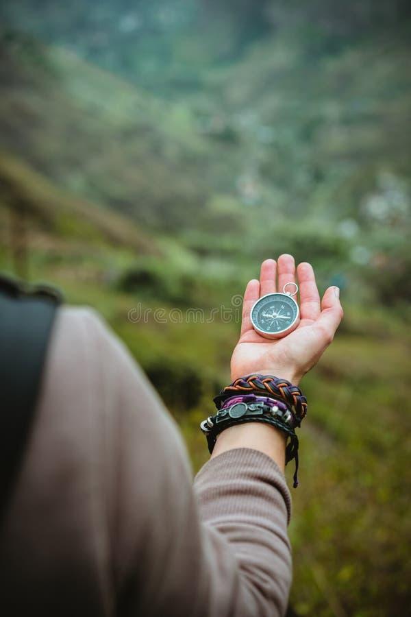 Circunde na palma das mulheres Explorador fêmea o terreno montanhoso em Santo Antao Island Cabo Verde Kap Verde fotografia de stock