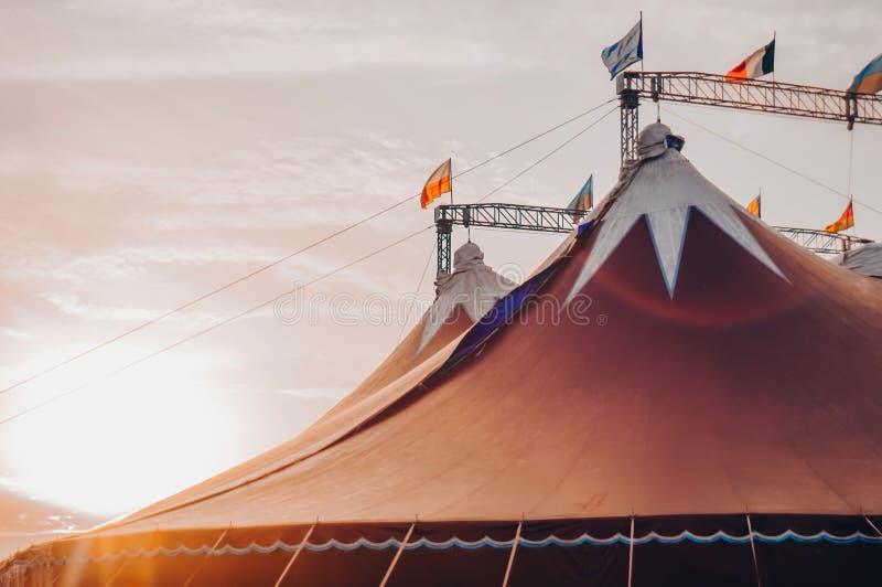 Circustent onder een warme zonsondergang en hemel zonder de naam van het circusbedrijf Een fragment van het circusontwerp, circus royalty-vrije stock fotografie