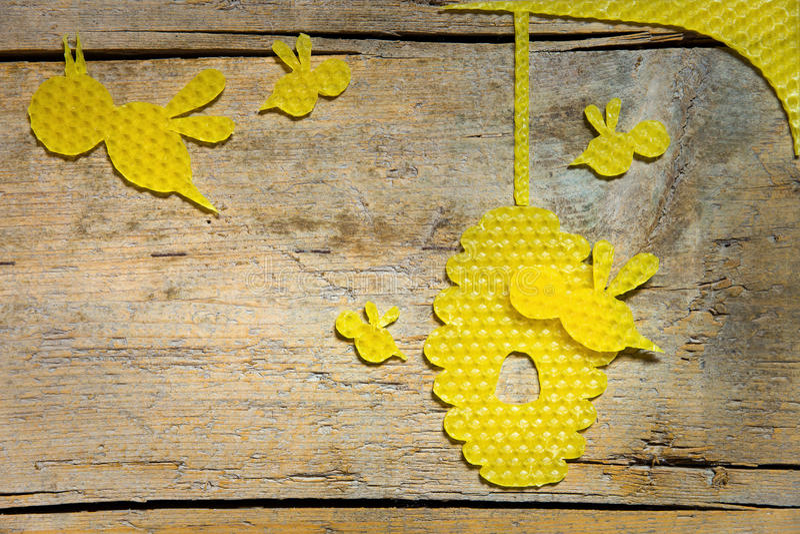 Cire d'abeille, abeilles et une ruche sur la table en bois, copyspace photographie stock libre de droits