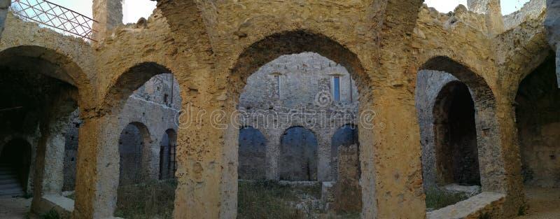 Cirella - överblick av kloster av kloster av minerna royaltyfria foton