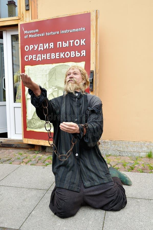 Cirez la statue du prisonnier dans les chaînes à l'entrée du musée des instruments médiévaux de torture dans le St Petersbourg, R image stock