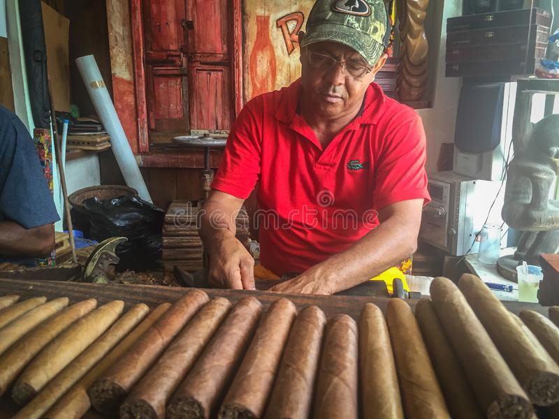 Cirgars in het maken Dominicaanse Republiek stock foto