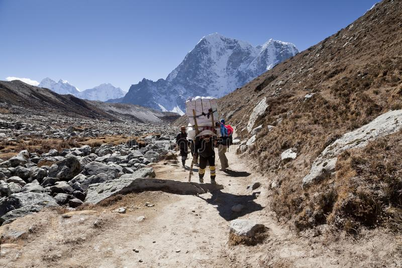 Cirka November, 2017 van Himalayagebergte, Nepal: wandelaars en portiers op de manier aan Everest-Basiskamp, mooi zonnig weer en  royalty-vrije stock fotografie