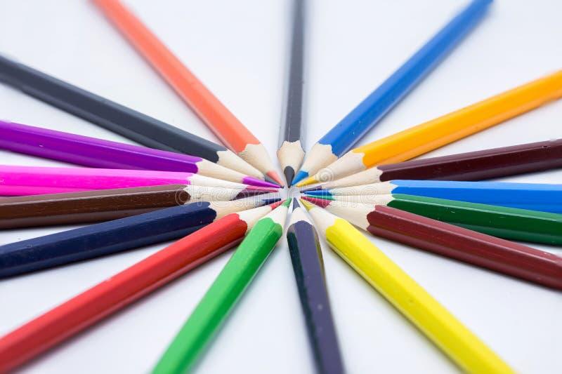 Cirkel av färgblyertspennor arkivfoton
