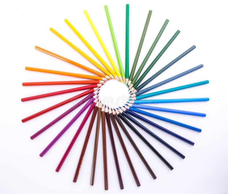 Cirkel av kulöra blyertspennor på vit bakgrund fotografering för bildbyråer