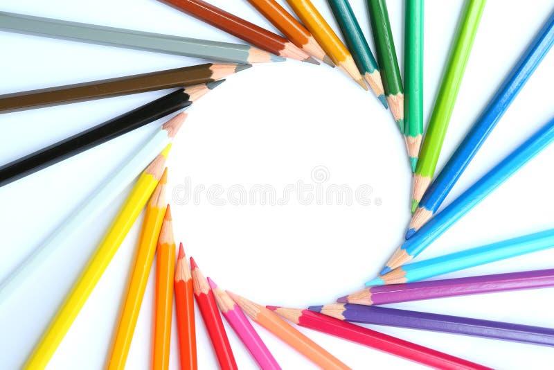 Cirkel av kul?ra blyertspennor p? vit bakgrund royaltyfria foton