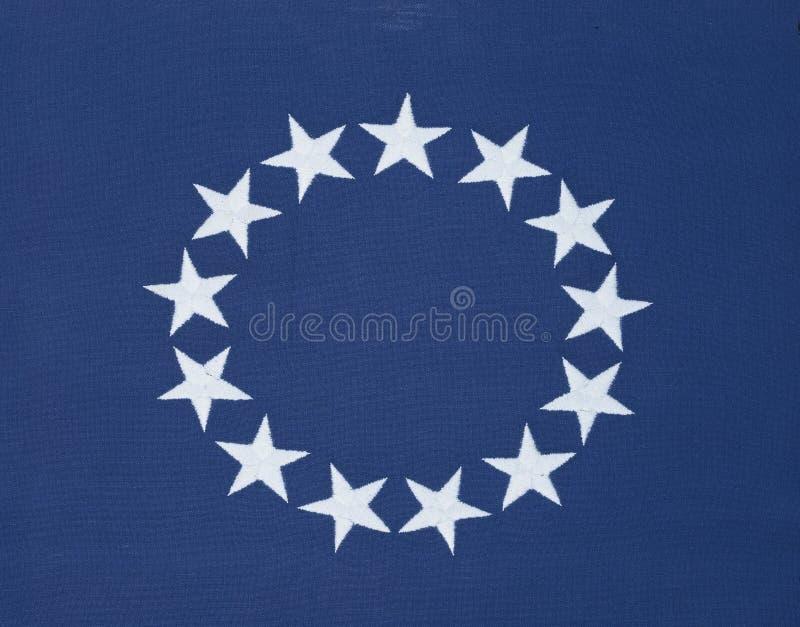 Cirkel av 13 stjärnor på den original- amerikanska flaggan royaltyfri bild
