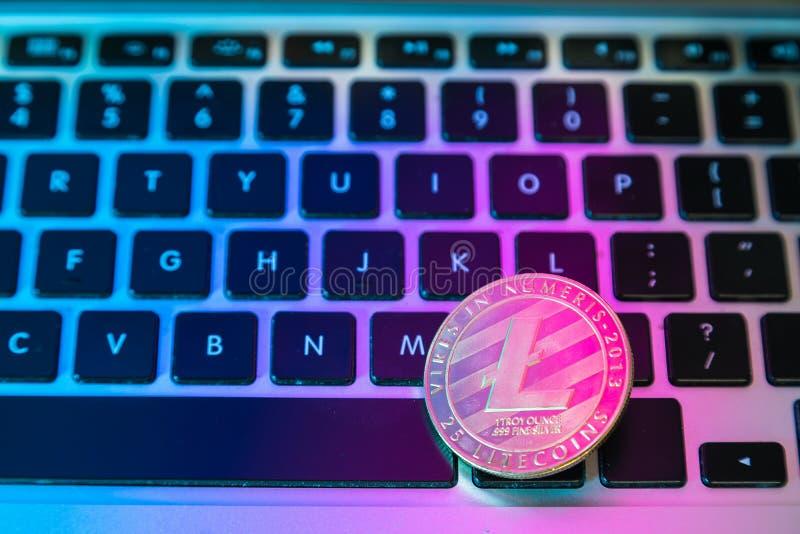 Cirkel Litecoin, lite muntstuk bovenop de knopen van het computertoetsenbord Digitale munt, blokketen markt, online zaken royalty-vrije stock afbeelding
