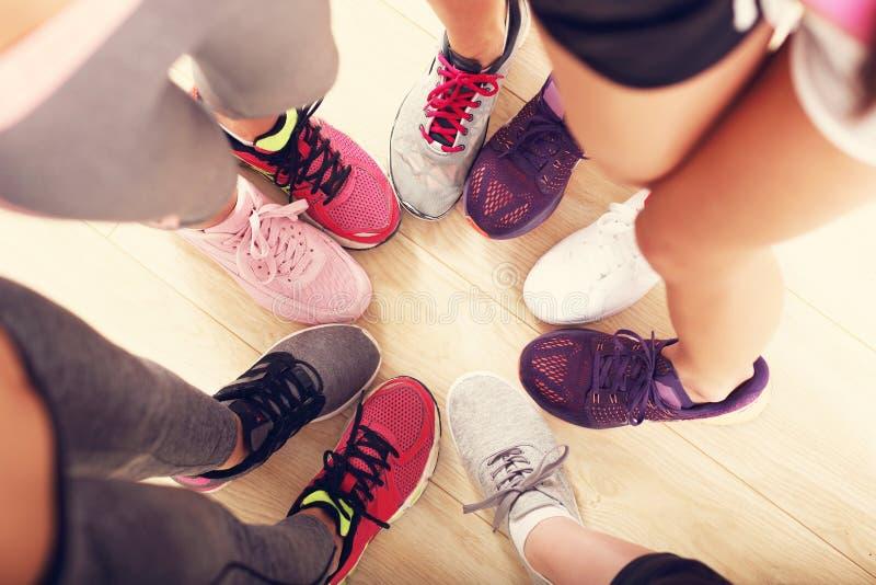 Cirkel van benen met schoenen in een gymnastiek stock foto's