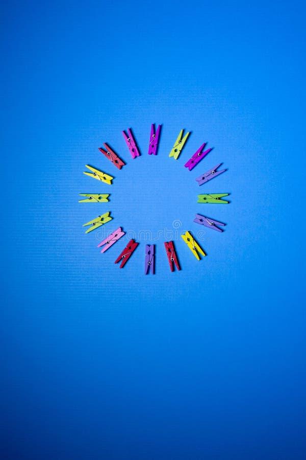 Cirkel van kleuren decoratieve wasknijpers stock foto's