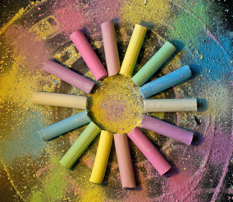 Cirkel van kleurrijk krijt op gekleurde achtergrond royalty-vrije stock fotografie