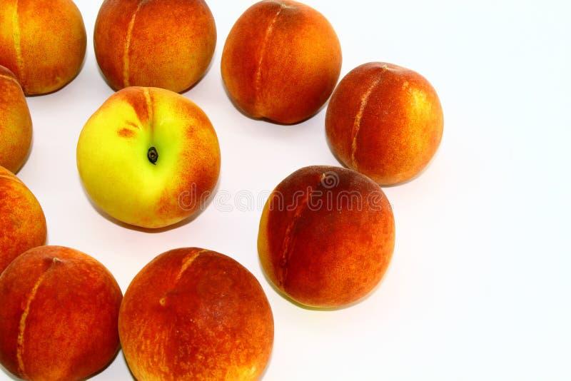 Cirkel van verse en rijpe perziken op witte achtergrond stock foto's