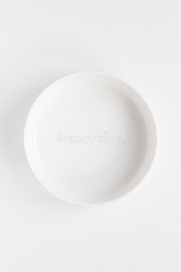 Cirkel witte die plaat over wit wordt geïsoleerd stock foto's