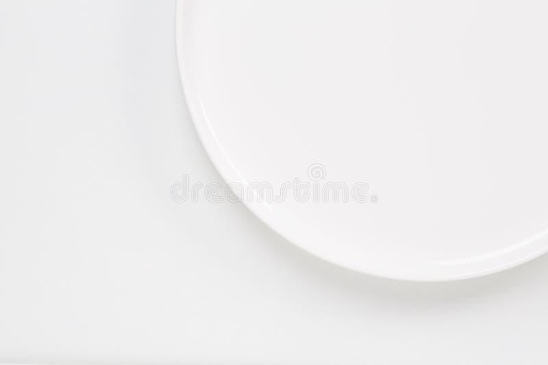 Cirkel witte die plaat over wit wordt geïsoleerd stock foto