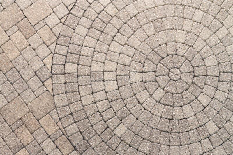 Cirkeldesignmodell i uteplatsstenläggning arkivbilder