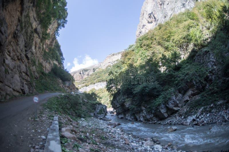 Cirkelende bergweg Nevelige bergweg in hooggebergte Bewolkte hemel met bergweg zomer royalty-vrije stock afbeelding