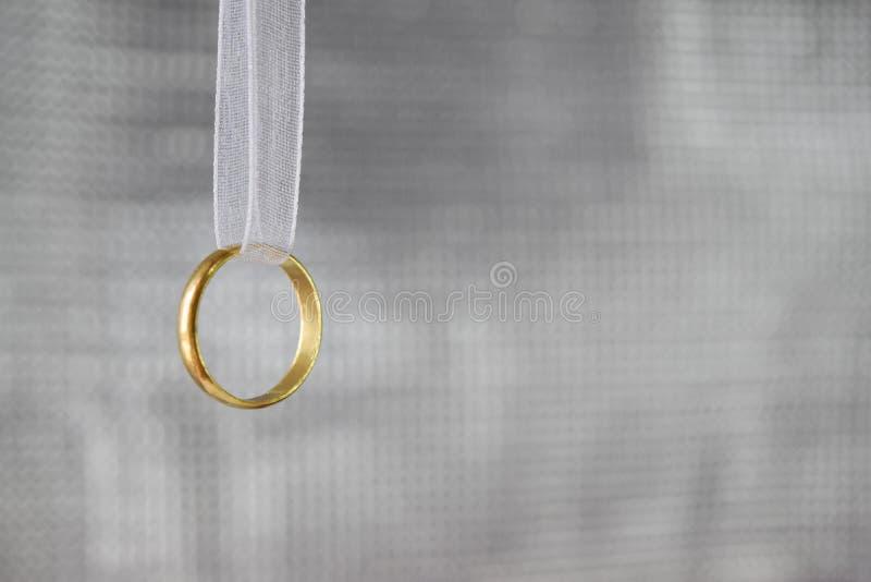Cirkelguld med det vita bandingreppet har en mjukt krusning, förälskelse och minne och tömmer utrymme för text royaltyfria foton