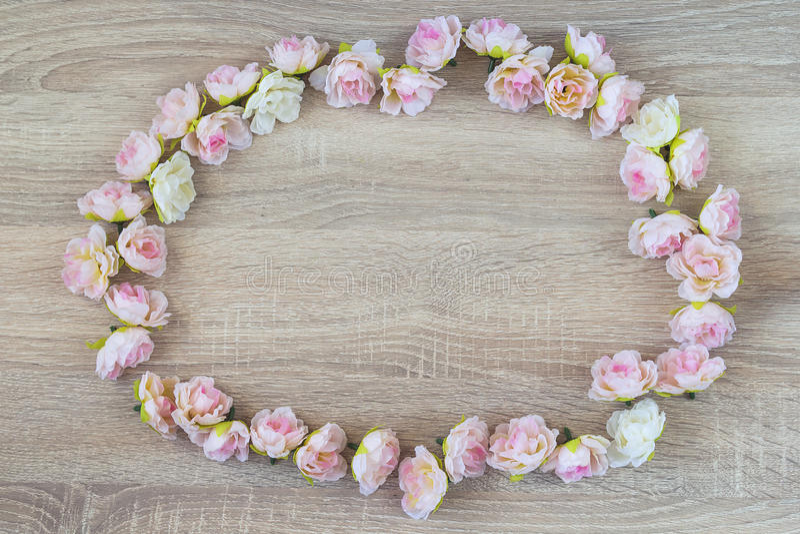 Cirkelkader van bloemen op een houten achtergrond met lege ruimte royalty-vrije stock foto's