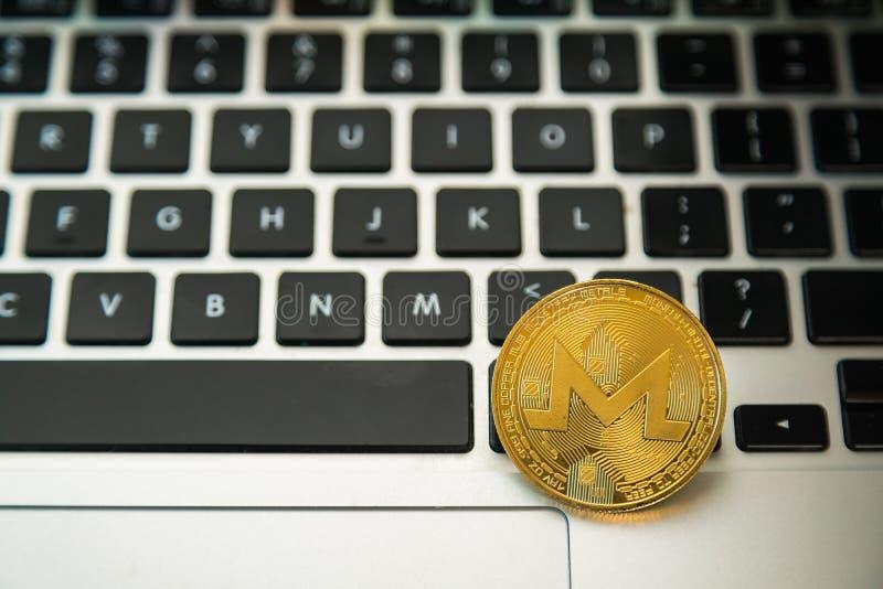CirkelMonerd mynt ?verst av knappar f?r datortangentbord Digital valuta, marknad f?r kvarterkedja, online-aff?r arkivfoto