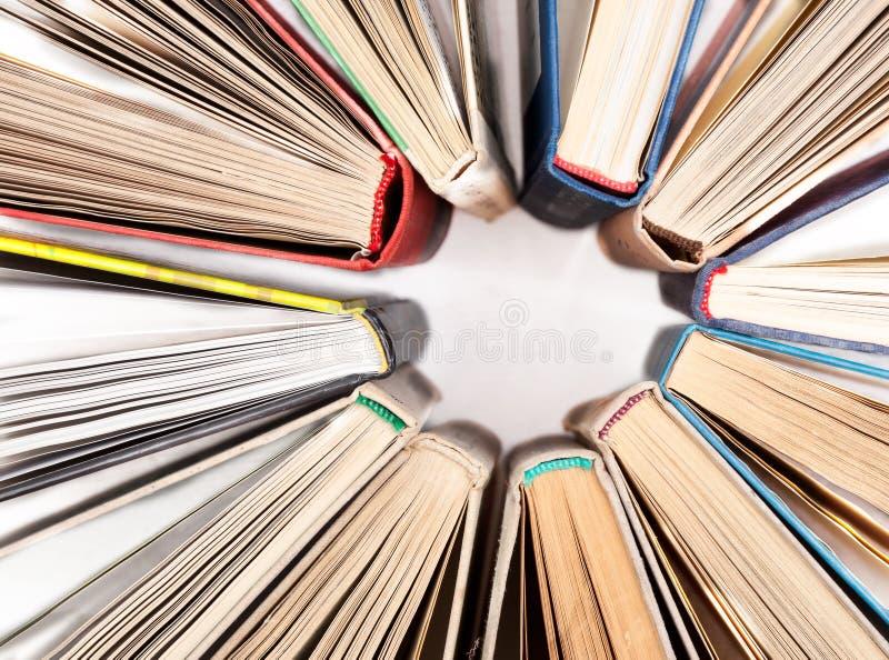 Cirkeln som göras av den gamla inbundna boken, bokar på den vita tabellen, bästa sikt Sökande för relevant och nödvändig informat arkivbilder