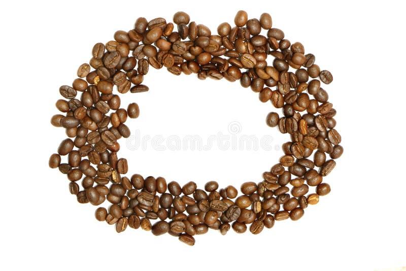 Cirkelram av kaffebönor på vit bakgrund royaltyfria bilder