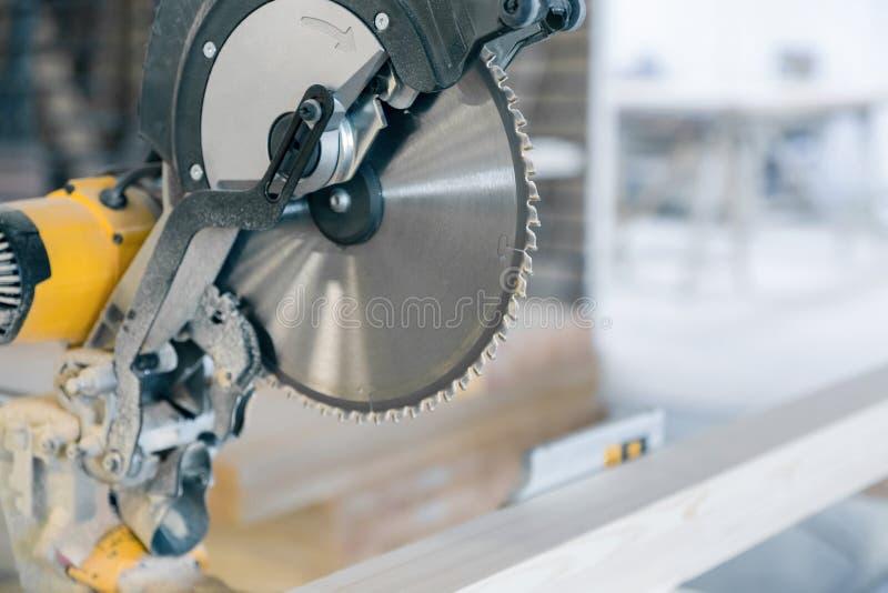 Cirkelsåg i produktion Stor diskett med skarpa tänder arkivbild