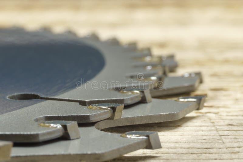 Cirkelsågblad på timmer, snörpsteg, ytlig DOF royaltyfri foto