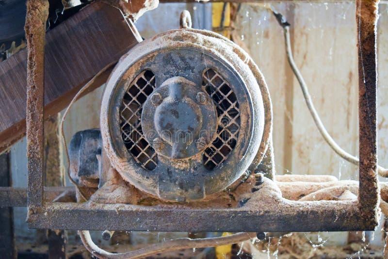 Cirkelsågmaskinmotor i ett snickeri royaltyfria bilder