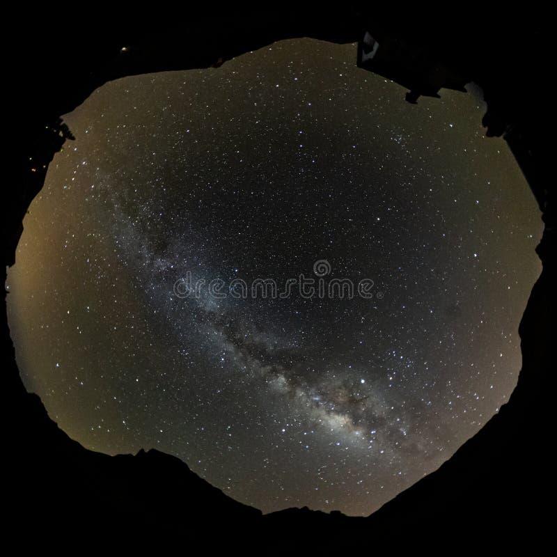 Cirkelschot van sterren en melkachtige manier bij hoogtehemel via de lens van het vissenoog Lange Blootstelling Vierkant frame De stock afbeeldingen