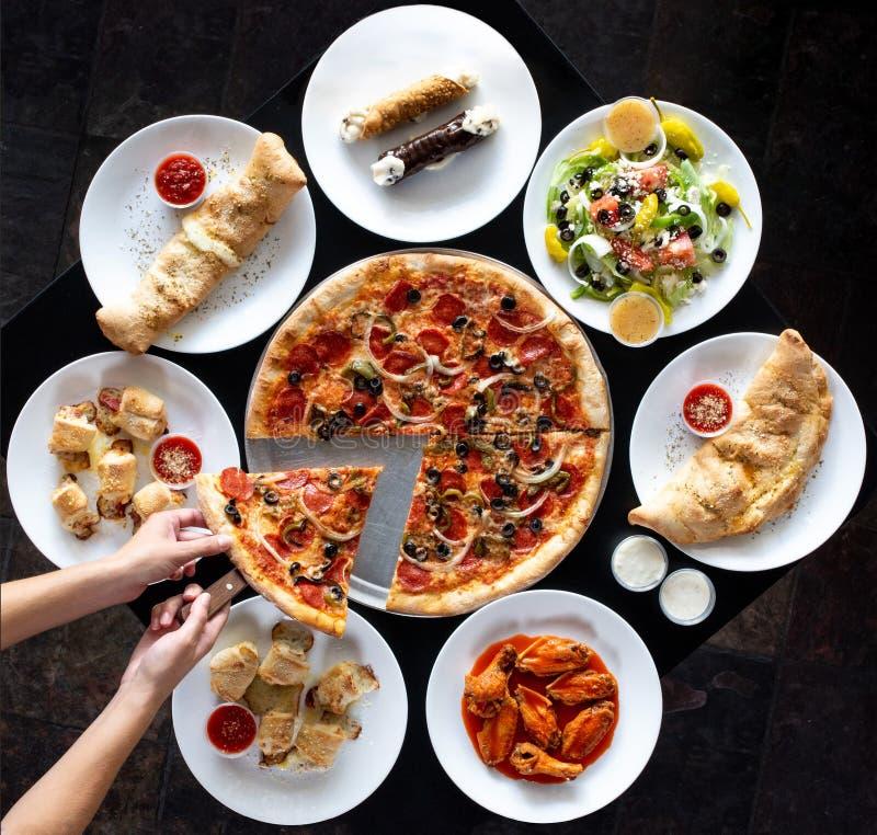 Cirkelvertoning van Italiaans restaurantvoedsel stock foto's