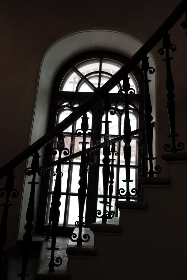 Cirkelwenteltrap in de toren en een lang gotisch venster stock afbeeldingen