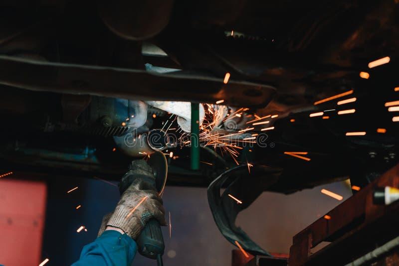Cirkelzaag scherp staal met gespleten brand stock foto