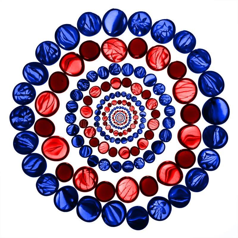 Cirkla modellen av den röda och blåa genomskinliga exponeringsglasmarmorisolaten royaltyfri fotografi