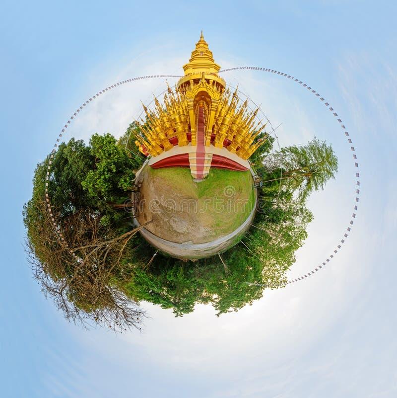 Cirkla panorama av den guld- pagoden i den WatPaSawangBun templet fotografering för bildbyråer