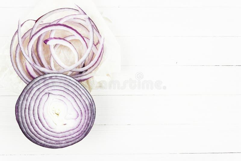 Cirklar av den purpurfärgade löken arkivbild