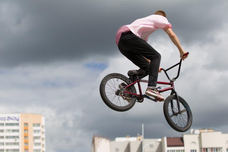 cirkulerande extreme Mannen på cykeln hoppade högt arkivfoton