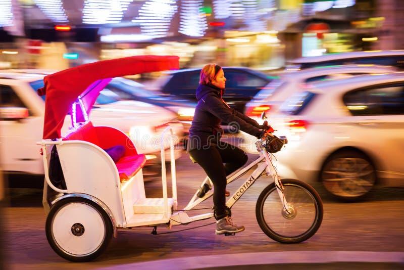Cirkuleringsrickshaw i rörelsesuddighet på Champset-Elysees i Paris, Frankrike royaltyfri fotografi