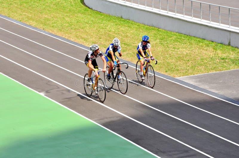 Cirkuleringsspår, yngre konkurrenser, cyklister royaltyfria foton