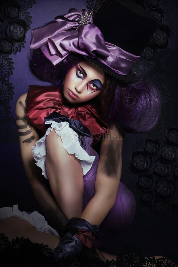 cirkus Gyckelmakare med den Fanciful makeoveren i dåraktig hatt arkivbilder