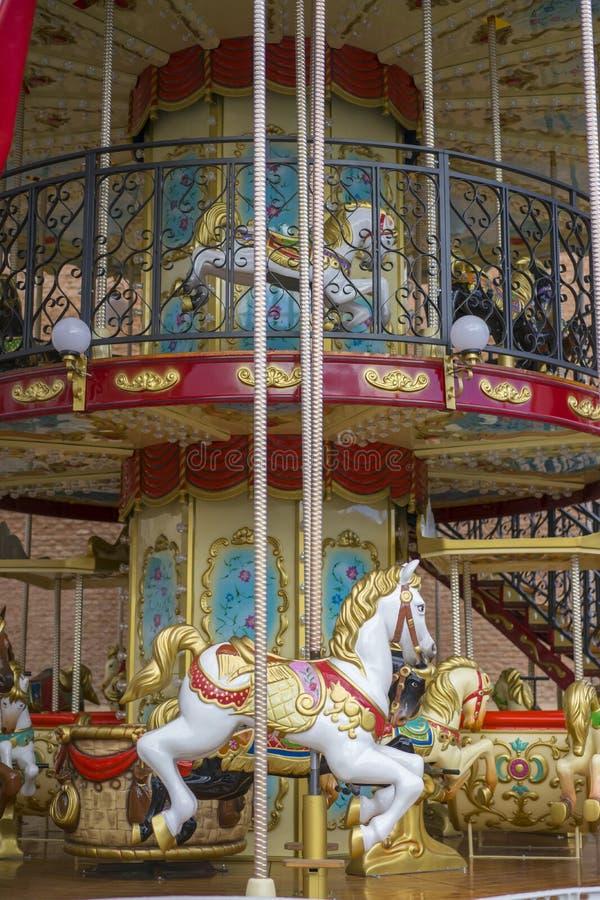 Cirkus karusell, härlig lek för barn med colorfu arkivfoto
