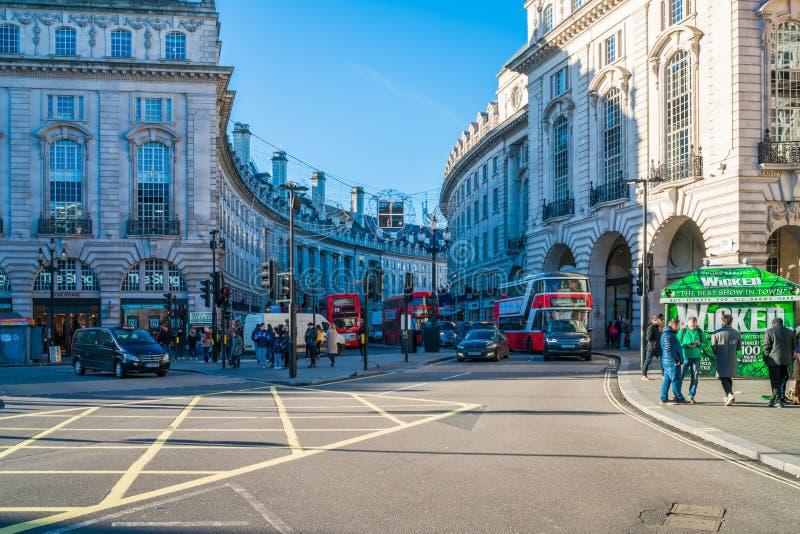 Download Cirkus london piccadilly redaktionell fotografering för bildbyråer. Bild av springbrunn - 106838199