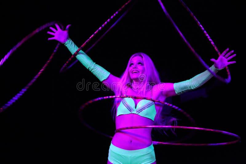 Cirkusartisten utför hulabeslaget i Humberto Circus royaltyfri foto